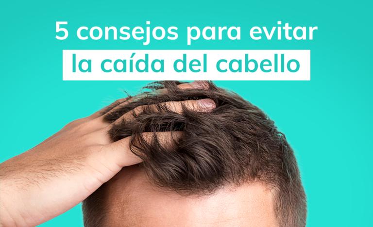 Hombre agarrando el cabello para evitar la caída del cabello